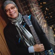 Sigma_Guitars_Fernando_Saunders_01