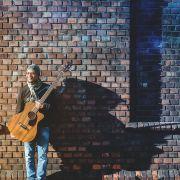 Sigma_Guitars_Fernando_Saunders_04