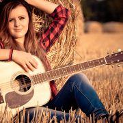Sigma_Guitars_Veronika_Vrublova_01