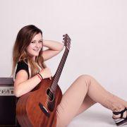 Sigma_Guitars_Veronika_Vrublova_02